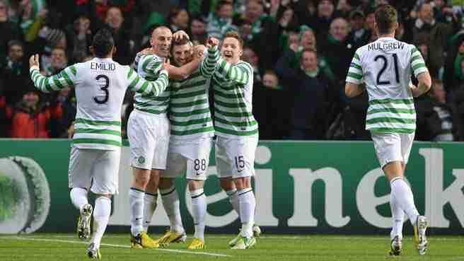 Emilio Izaguirre, Scott Brown, Hooper, Commons y Mulgrew celebran gol