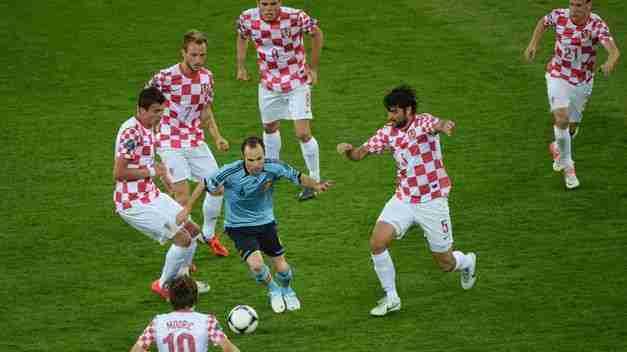 Andrés Iniesta rodeado de contrarios Croacia Eurocopa