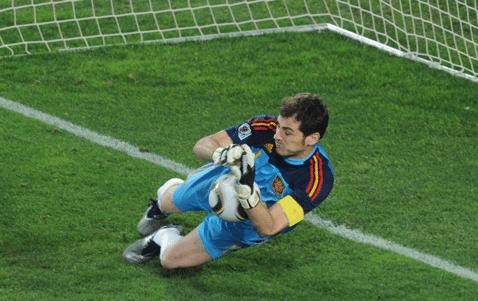Casillas para penalti a Cardozo en Cuartos final Paraguay