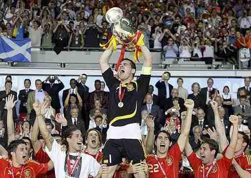 Iker Casillas levanta el Eurocopa