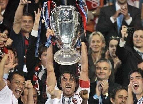 Paolo Maldini levantando Champions 2007