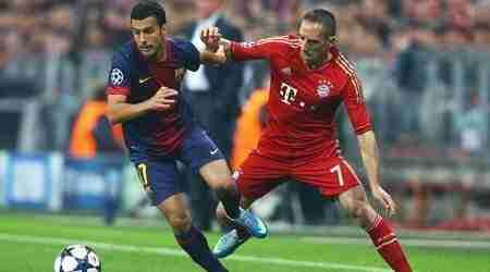 Pedro y Ribery disputan balón