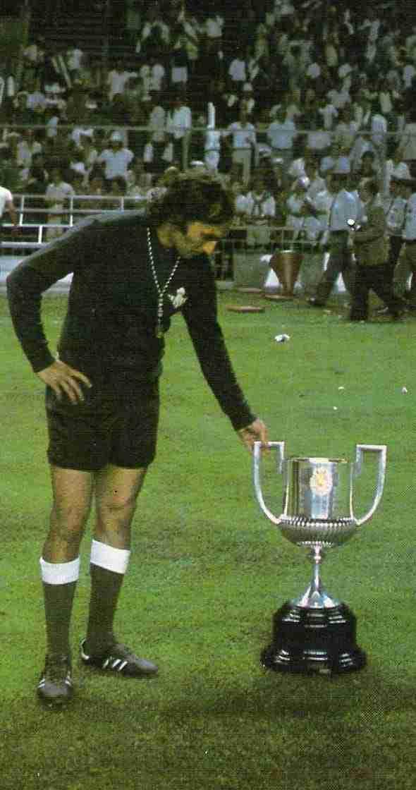 Esnaola con la Copa del Rey de 1977