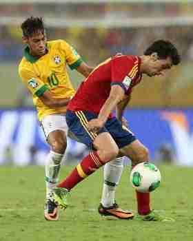 Neymar presiona a Arbeloa en la final de la Copa Confederaciones