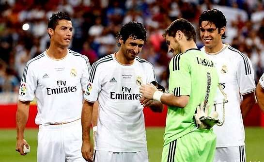 Iker Casillas poniendo el brazalete de capitán a Raúl González Blanco