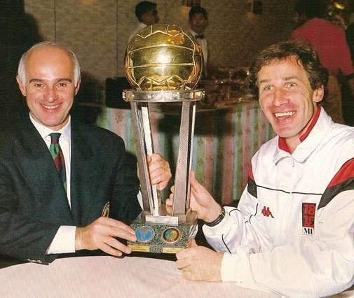 Arrigo Sacchi y Franco Baresi con la Copa Intercontinental
