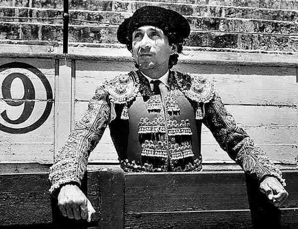 Magico Gonzálezd vestido de torero