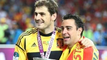Casillas y Xavi con la Eurocopa de 2012