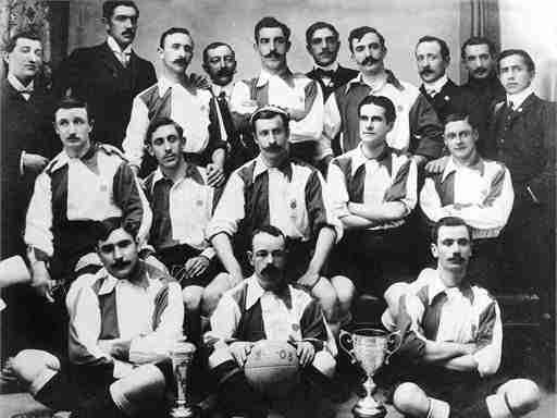 Jugadores Bilbao posan con la Copa 1903
