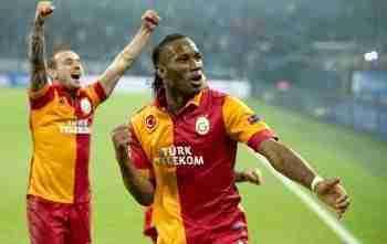 Sneijder y Drogba celebran gol Galatasaray