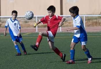 Niños disputan un partido de fútbol