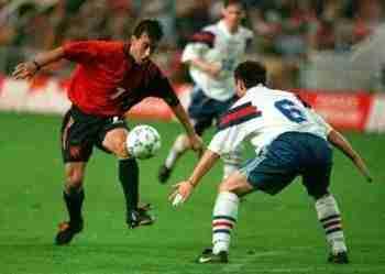 Oli disputa balón España-Islas Feroe (Gijón, 1997)
