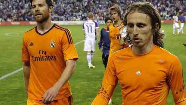 Xabi Alonso y Modric abandonando el terreno de juego cabizbajos