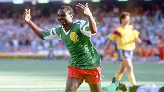 Roger Milla celebra gol Camerún