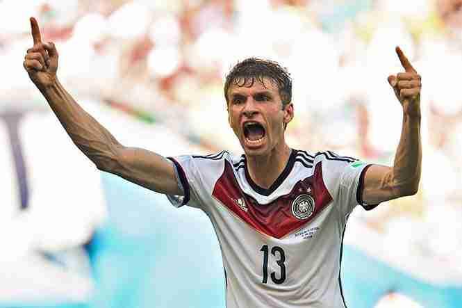 Thomas Müller celebra hat-trick