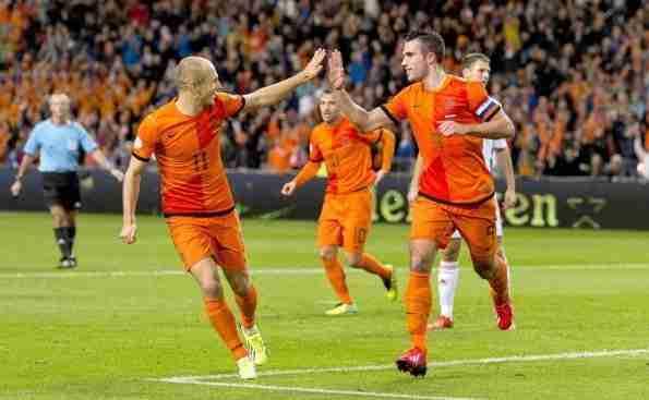 Robben y Van Persie celebra gol Holanda