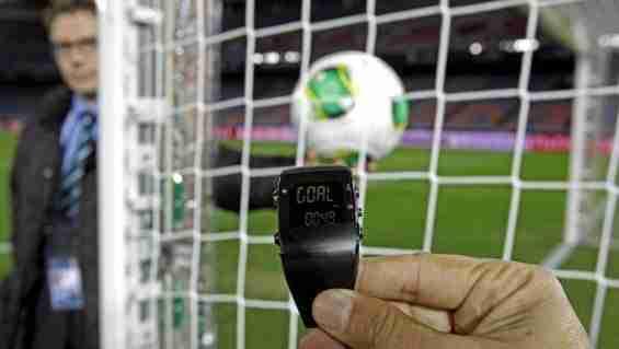 Prueba de la línea de gol por agentes de la FIFA