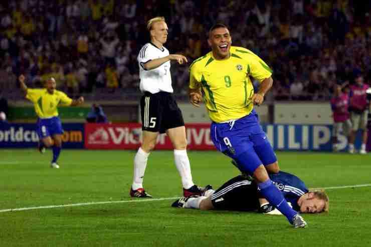 Ronaldo bate a Kahn en la final del Mundial 2002