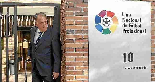 Javier Tebas saliendo de la Liga Nacional de Fútbol