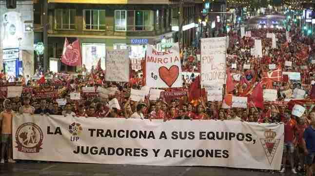 La afición del Murcia manifestándose