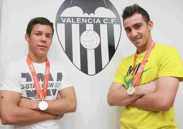 Juan Bernat y Paco Alcácer en la cantera del Valencia CF