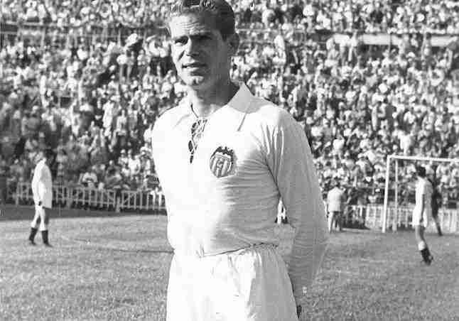 Antonio Puchades con la elástica del Valencia
