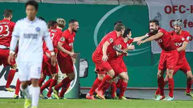 Kickers Offenbach celebra gol ante el Karlsruher