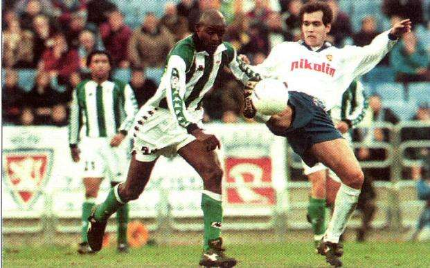 Finidi y Aragón disputan balón