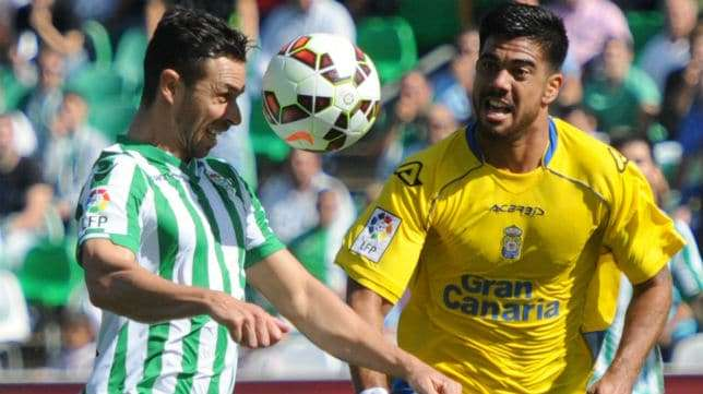 Rubén Castro lucha por el balón