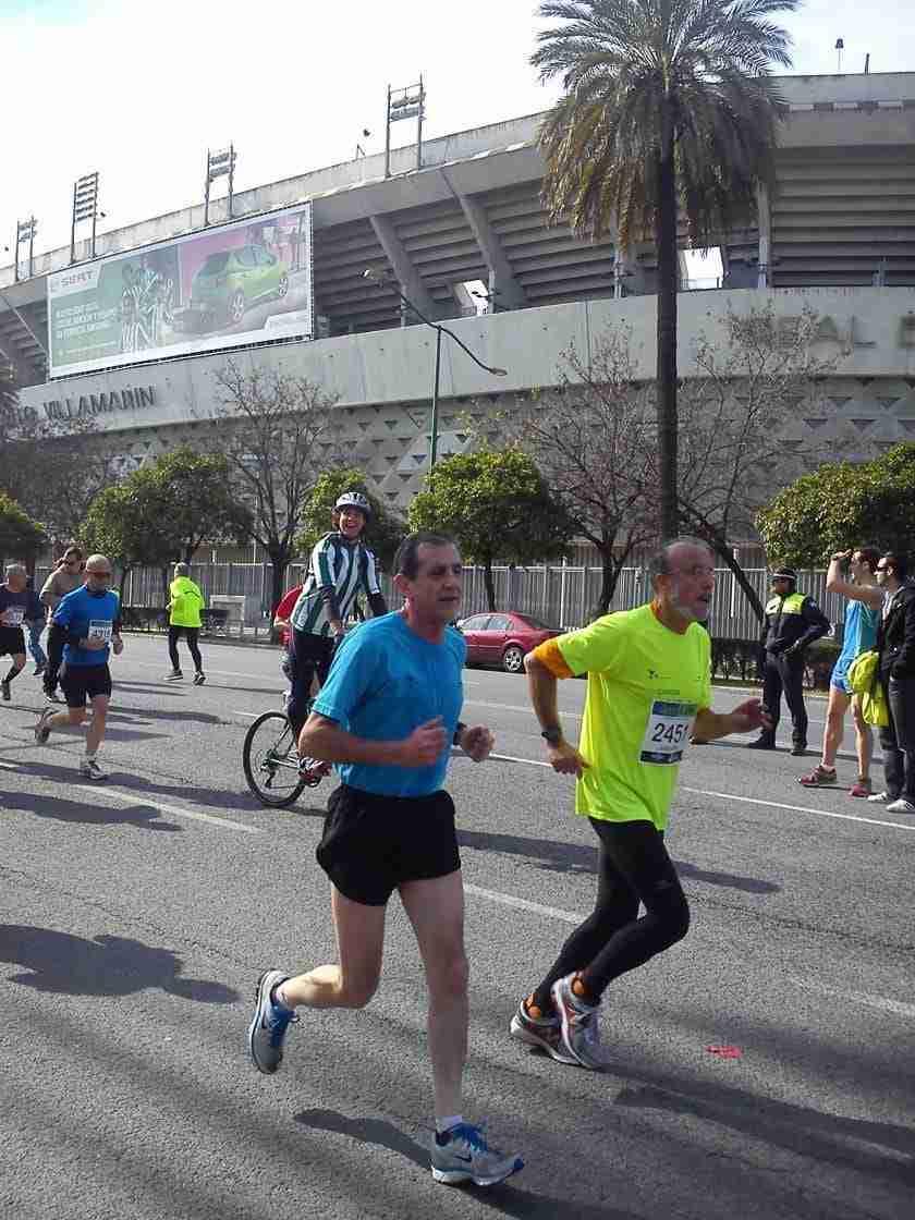 Corredores de la Maratón de Sevilla de 2013 junto al Villamarín