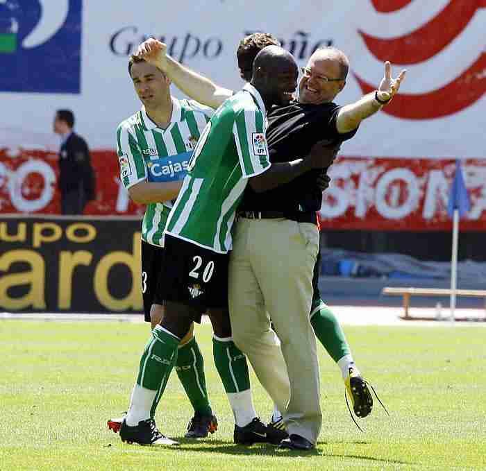 Emaná celebrando un gol con Pepe Mel