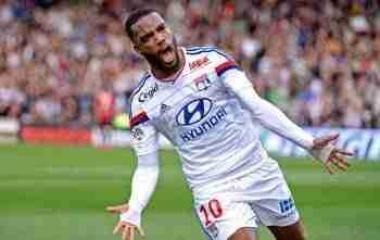 Lacazette celebrando un gol con el Olympique de Lyon