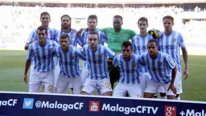 Alineación del Málaga C.F. posando antes del partido