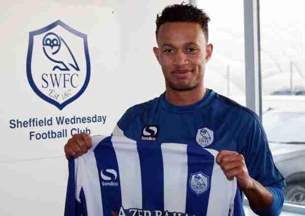 Lewis Baker posando con la camiseta del Sheffield