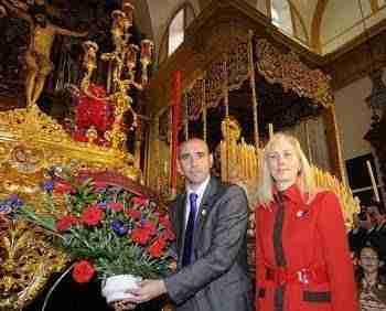 Monchi y su mujer ofrenda floral a la hermandad de San Bernardo