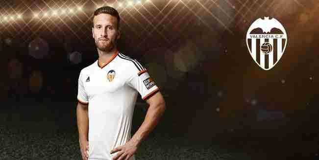 Shkodran Mustafi posando con la camiseta del Valencia CF.