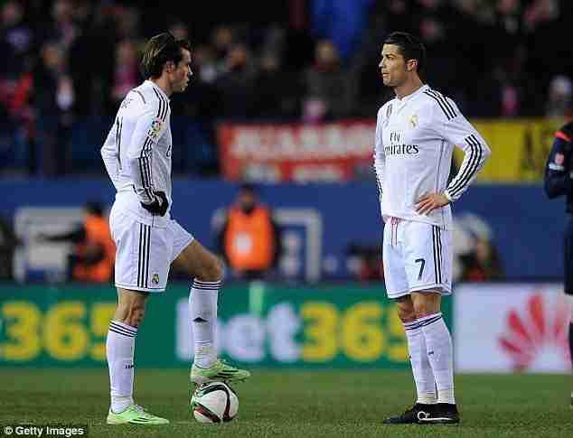 Cristiano Ronaldo y Gareth Bale sacan de centro