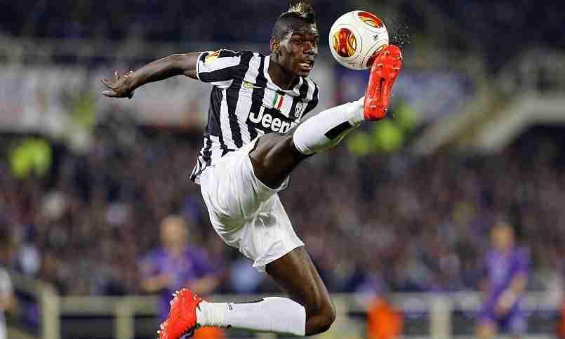 Paul Pogba controlando el baló con la Juventus