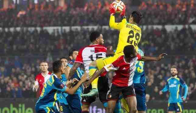 Sergio Rico atrapando un balón