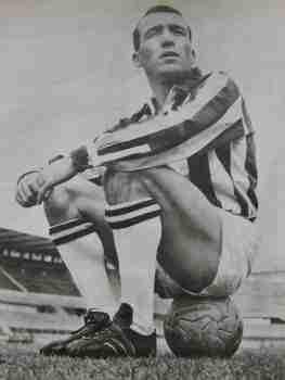 Luis Del Sol sentado en un balón con la Juventus
