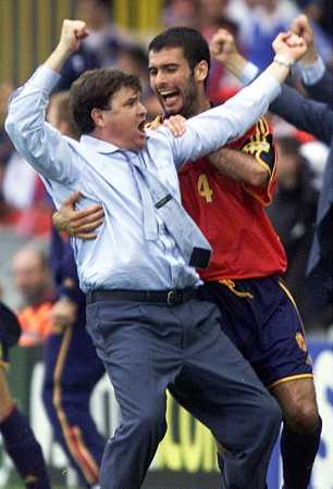 Guardiola abraza a Camacho