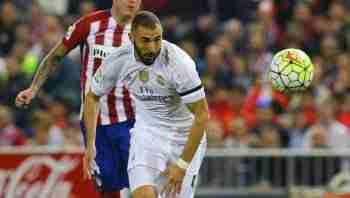 Benzema lucha por el balón
