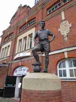 Estatua homenaje a Johnny Haynes