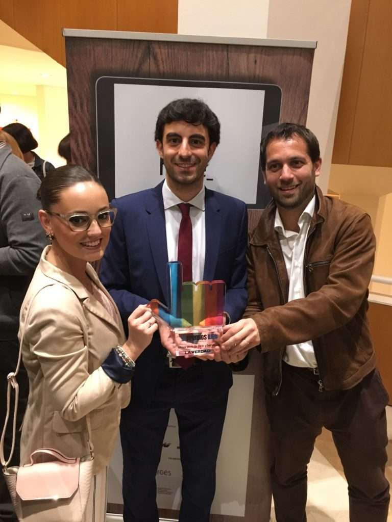 Irene Jódar, Antonio Ros y Fernando López con el premio