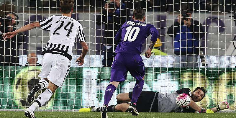 Buffon parando el penalti a Kalinic
