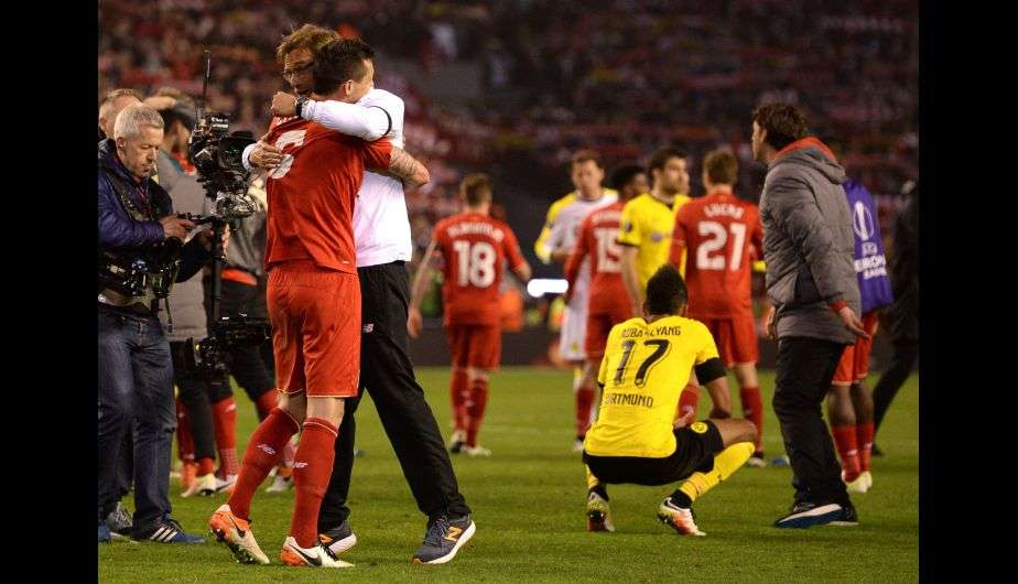 Klopp abrazado a sus jugadores