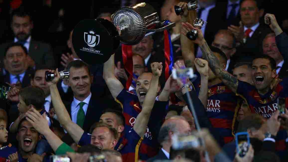 Iniesta levanta Copa del Rey