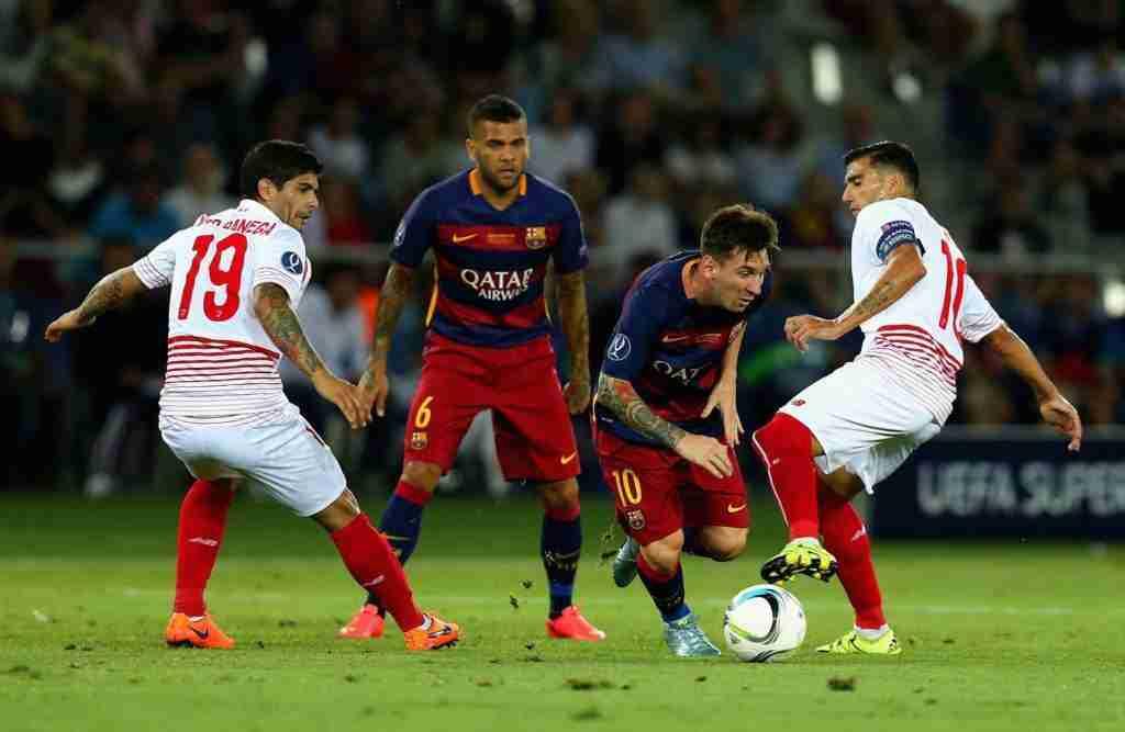 Messi, Reyes, Alves y Banega durante la jugada de un partido