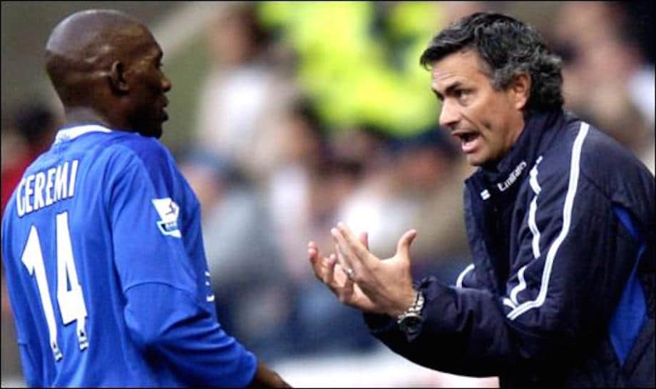 Geremi recibiendo instrucciones de Mourinho