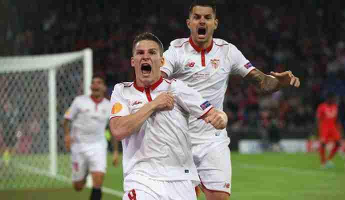 Gameiro celebrando gol con el Sevilla